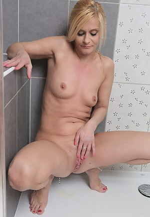 Hot Moms Pissing Porn Pictures