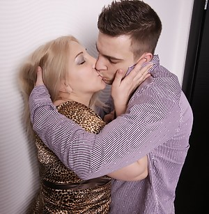 Hot Moms Kissing Porn Pictures