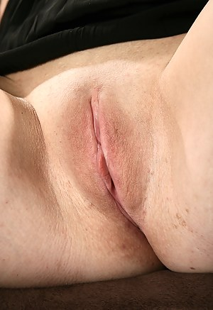 Hot Moms Shaved Pussy Porn Pictures